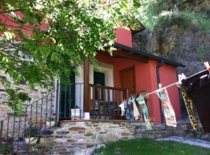 La entrada de la casa y el jardín
