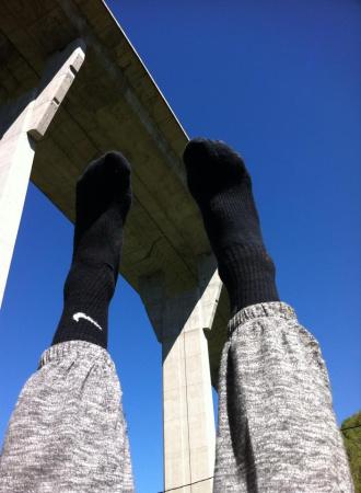 Mis pies sobre el cesped, alzados para sujetar la Autopista que atraviesa toda la población. Una curiosidad que IMPRESIONA
