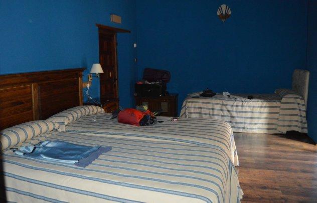 Mi habitación... Grande limpia y con ventanal a una zona tranquila del edificio