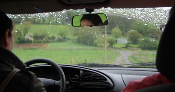 Esther trasladando huéspedes en su coche