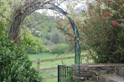 Curioso arco decorarivo en el jardín lateral