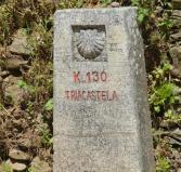 Antes de entrar en Triacastela el pilón con los km que faltan