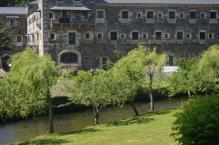 Y sus jardines, junto al río