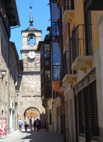 La famosa Torre del Reloj, junto al Hotel Los Templarios.