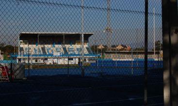 Junto al campo de futbol