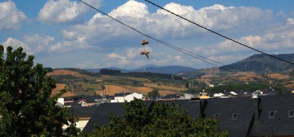 Entrando en Cacabelos, alguien colgó su viejo calzado