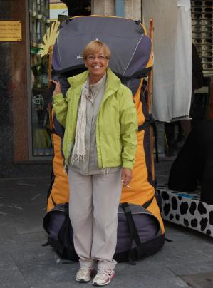 No puede faltar la foto de la mochila que aún está en la tienda de la Plaza del General Santocildes.