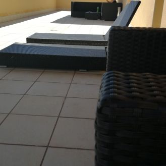 Cómodos asientos y tumbonas para tomar el sol