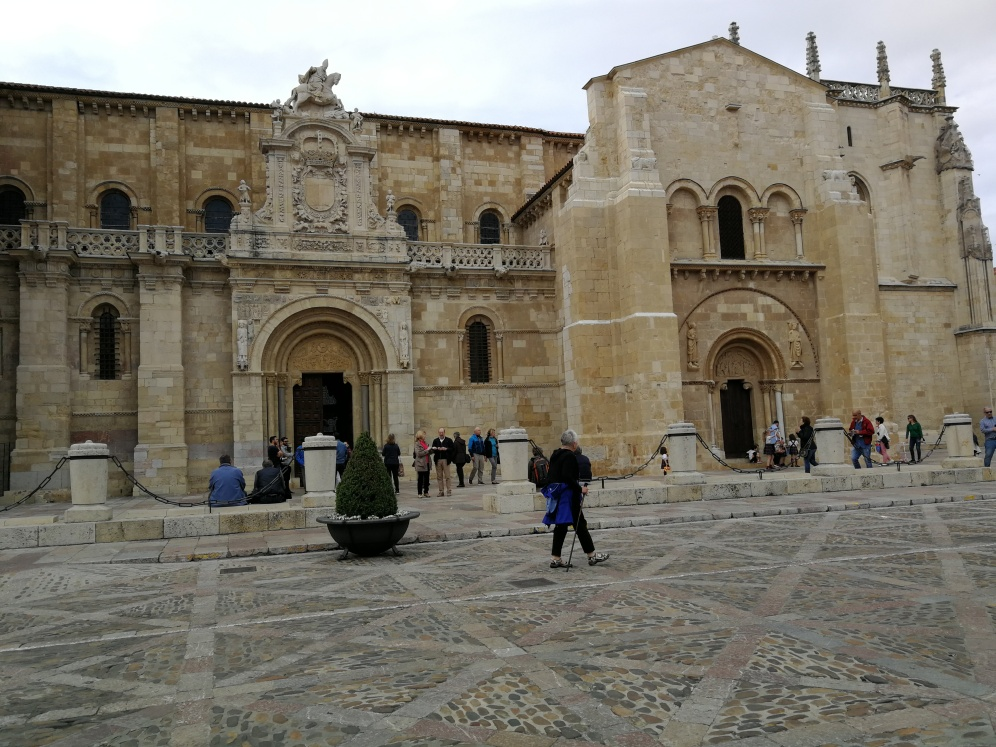 En la plaza donde está la Basílica de San Isidoro con dos portales