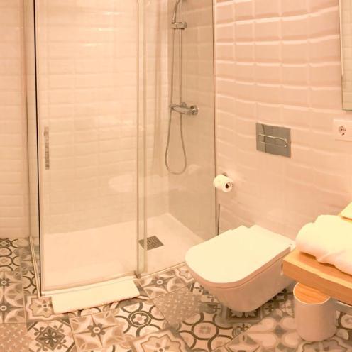 Baños modernos amplios y con todos los servicios