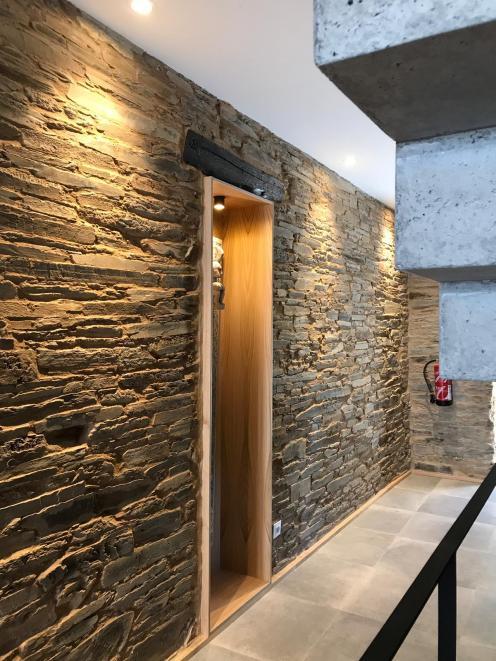 Distribuidor que combina modernidad con estructura de piedra original